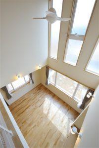 #35 高台にたたずむ白い家